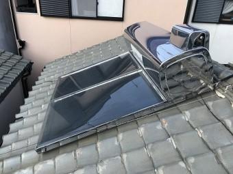 太陽光温水器が屋根に設置されています。
