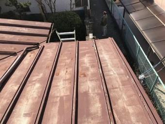 瓦棒屋根は塗装が色褪せてます。