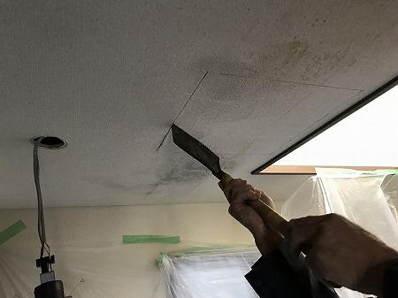 天井に鋸で切って穴を開けます。
