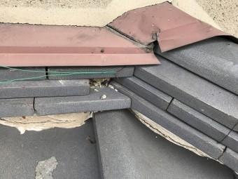 壁際のノシ瓦の端瓦が欠損しています。