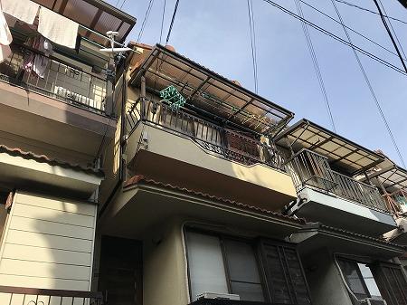 3階建住宅の全面には塩ビ波板の屋根を付けている場合が多い。