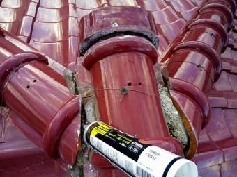 漆喰を塗る前にコーキングで防水します。