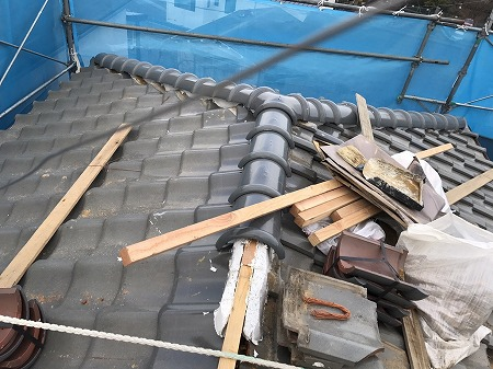 ナンバン漆喰を垂木に塗り込み7寸丸瓦を伏せて行きます。