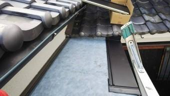 粘着ルーフィングを貼り、カレッセを葺上げていきます。