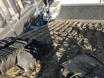 瓦を外して、葺土を露出させます。