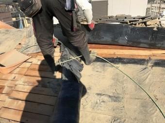 下葺材を剥がして野地板だけにします。