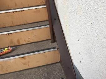 階段と壁の取り合い部にもカバー板金を取り付けます。