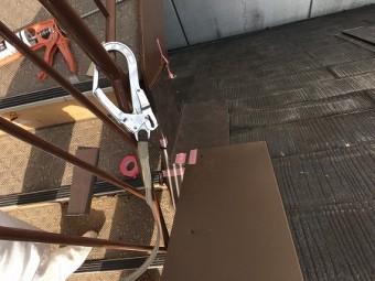 急勾配なので、安全帯の金具を付けながらの作業になります。