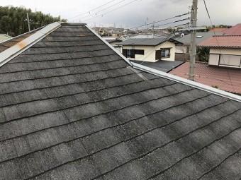 屋根はカラーベストで表面の塗膜が経年で褪せてしまっています。