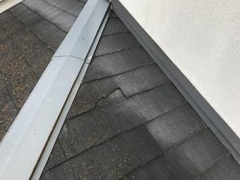 下屋根にも割れたカラーべストが見られます。