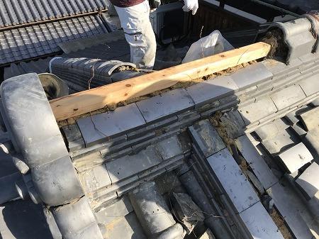 のし瓦を積み上げた上に木材を縛り付けて冠瓦を固定します。