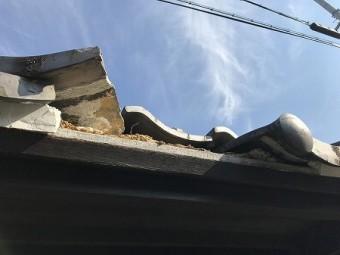 瓦だけじゃなく、軒先の雀口の漆喰も破損しています。