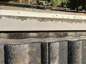 樋に汚泥が溜まっています。