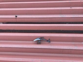 屋根上にラジコンヘリコプターの残骸が、、