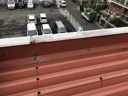 パラペットの壁際からも雨漏りしています。