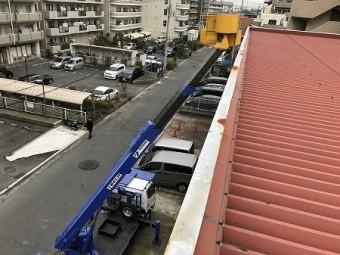 高所作業車のバケットに乗って屋根に上がります。