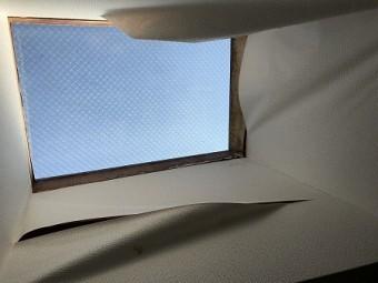 天窓左上角から雨漏りを起こしています。