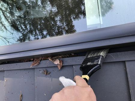 天窓側面の水切部分の枯葉も掃除します。