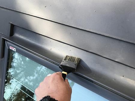 天窓上部の枯葉を掃除しました。