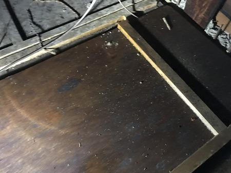 天井の板もかなり濡れています。