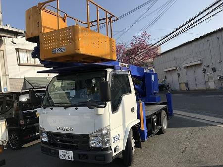 高い屋根には高所作業車の出動です。