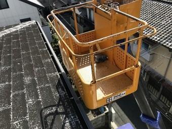 早速、高所作業車を用いて屋根に上がります。