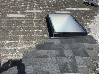 天窓の上部から棟際まで貼り上げます。