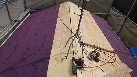 コンパネの上から防水材のゴムアスルーフィングを貼っていきます。