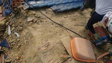 右のバケットのようなもので、土を手で取り除いて行きます。