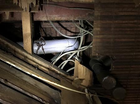 天井を破って、排水菅を確認します。