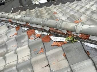 棟の熨斗瓦も凍て割れでバリバリです。