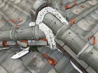 鬼瓦まわりの棟取合い部も凍て割れが酷い状態です。