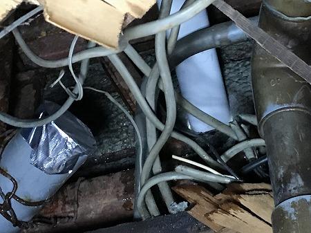 切った排水菅にもアルミテープで蓋をします。