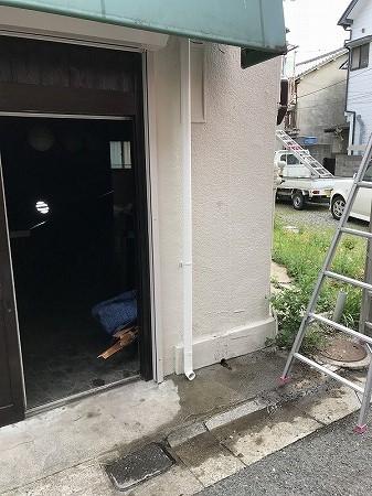 排水菅の壁外への配管工事完了です。