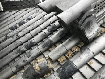 降棟の先の部分も瓦も押し出されて崩れています