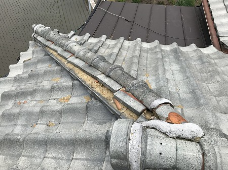 隅棟の棟瓦がズレてしまっています。