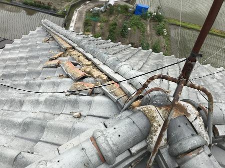 完全に棟瓦が崩れた状態です。