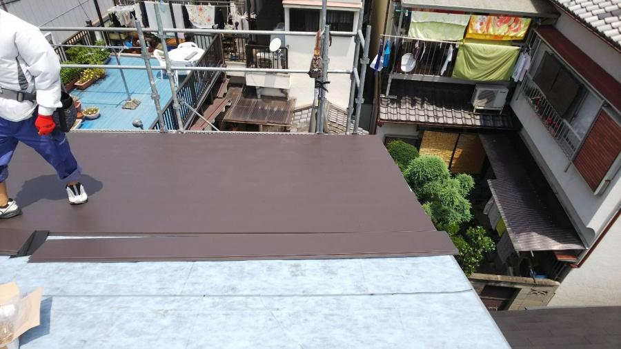 カレッセS遮熱プラスを屋根に葺いていきます。