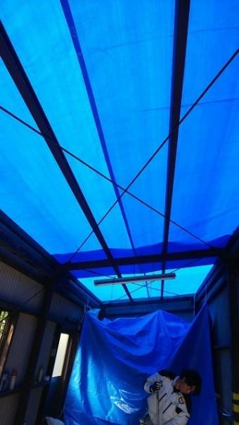 スレート屋根を剥がしたあとは、雨が心配なのでシート養生します。