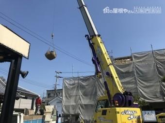 茨木市 お寺の屋根瓦解体を10tレッカーで作業