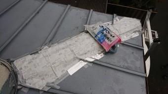 隅棟が台風で飛散して、テープなので養生してあります。