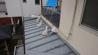 下屋根の瓦棒が台風の被害で棟が飛んでしまっています。