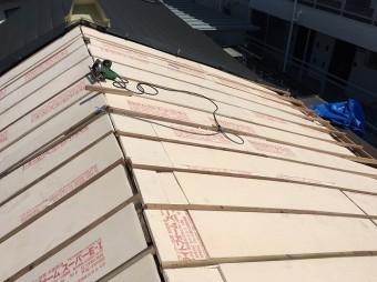 垂木の間に断熱材のスタイロフォームを敷いています。
