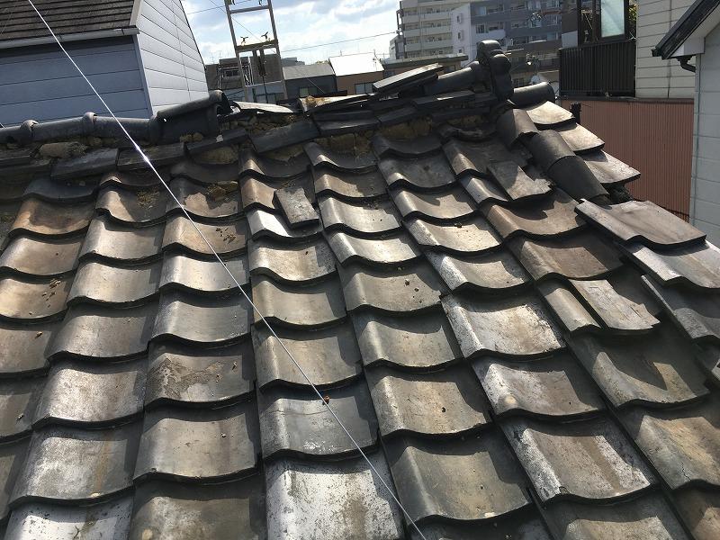 守口市 瓦屋根が崩れています