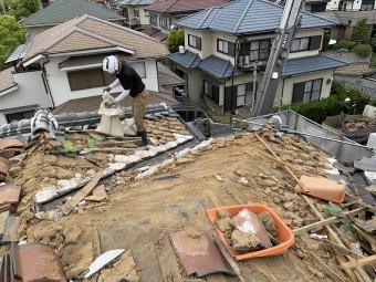 瓦の下の土も全部取り除きます。