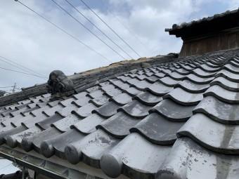 降棟のノシ瓦と冠瓦が飛散しております。
