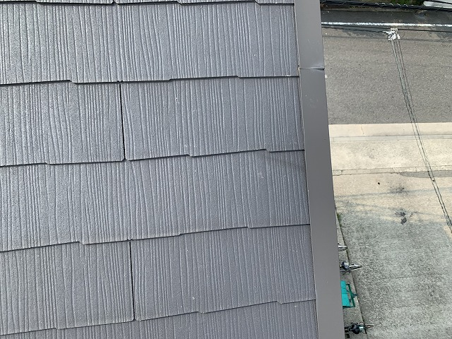 ケラバ際のカラーベストが割れています。