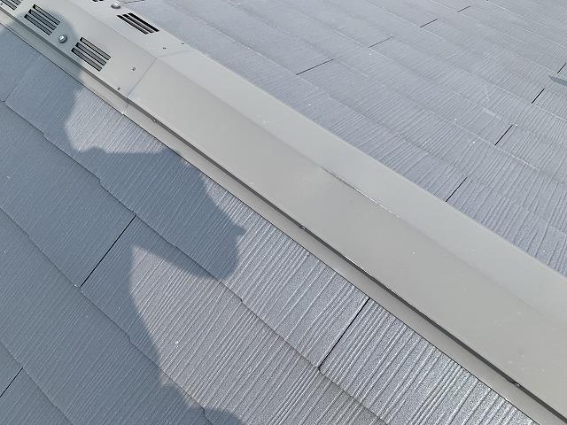 棟換気横の棟包板金が凹んでいます。