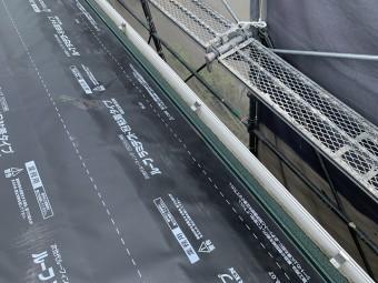 軒先の板金を取り付けてから、防水シートを貼ります。