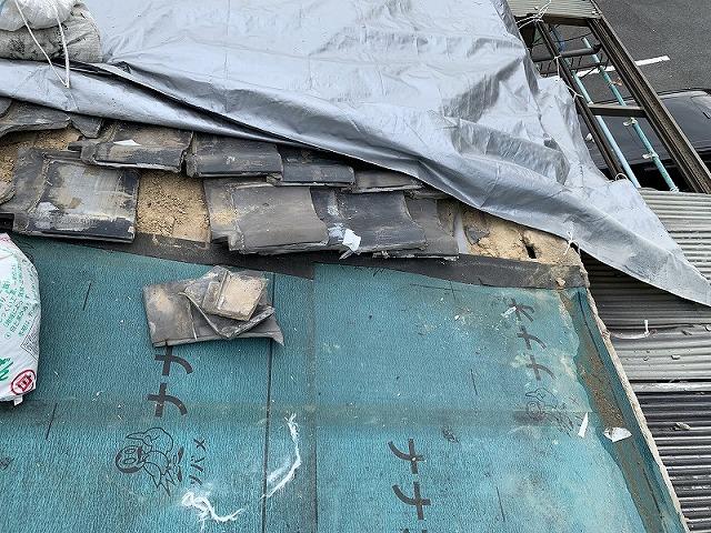 隣屋根の瓦部は瓦が飛散して無くなっている状態です。